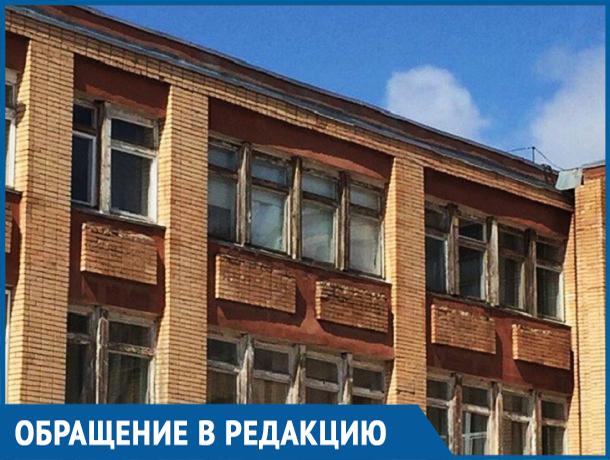 Из-за обваливающегося фасада лицея «Политэк» в Волгодонске родителей просят провожать своих детей до фойе