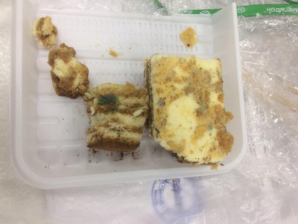 Пирожное с плесенью заставили купить обманом волгодончанку в одном из магазинов
