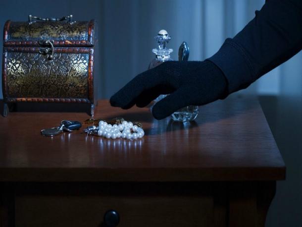 ВРостове мошенник извлек издома украшения на 200 000 руб.