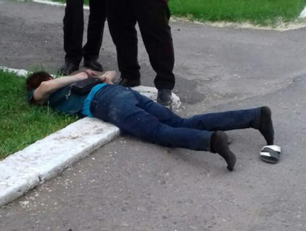 Нападавшего с ножом на горожан мужчину в носках и шлепанцах задержали у администрации Волгодонска
