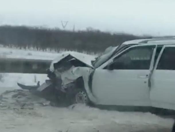 «Приору» разворотило после столкновения с отбойником на трассе Цимлянск-Волгодонск