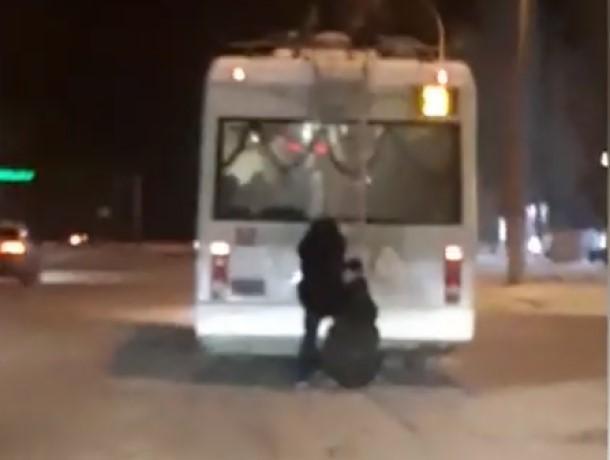 Два подростка-зацепера в Волгодонске устроили экстремальную езду на троллейбусе