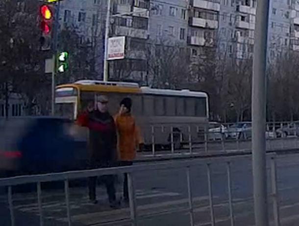 Смертоносный ВАЗ с неадекватной компанией чудом не сбил насмерть пожилую пару на «зебре» со светофором в Волгодонске