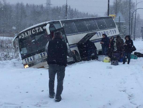 Рейсовый автобус «Волгодонск-Санкт-Петербург» вылетел в кювет на трассе М-4 «Дон»