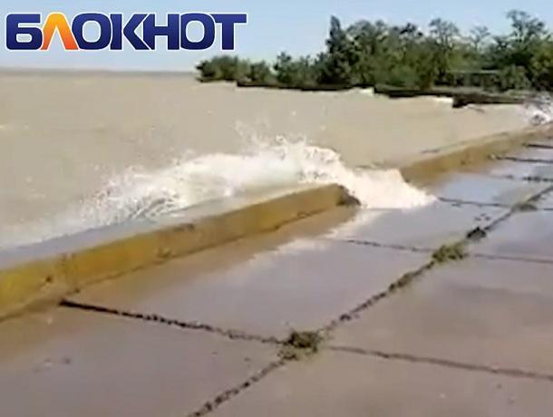 Цимлянское водохранилище переливается через дамбу на В-9