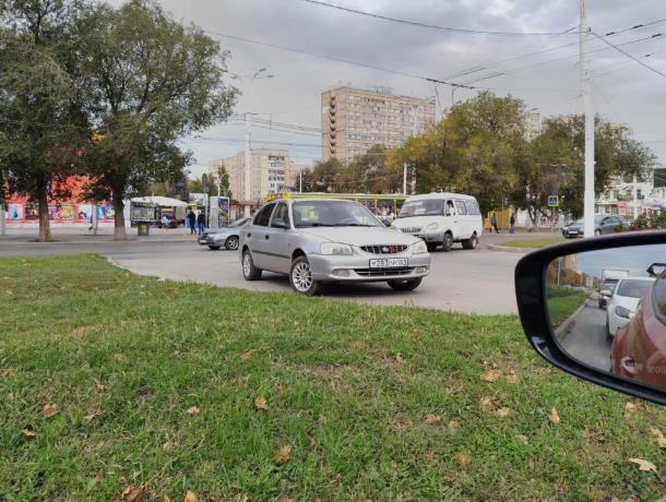 Водитель припарковал машину на оживленном кольце в центре Волгодонска