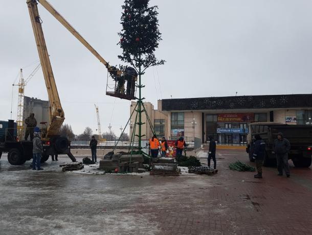 В Волгодонске приступили к уборке главных городских новогодних елок