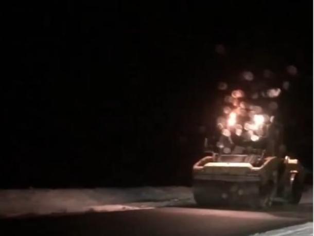 На трассе Ростов-Волгодонск в снег укладывают асфальт