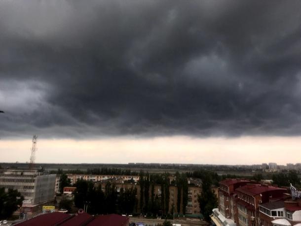 Редкие и устрашающие кадры надвигающегося циклона запечатлела волгодончанка