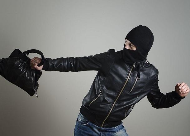 В Волгодонске 30-летний рецидивист, украв сумку у женщины, пытался скрыться от полицейских