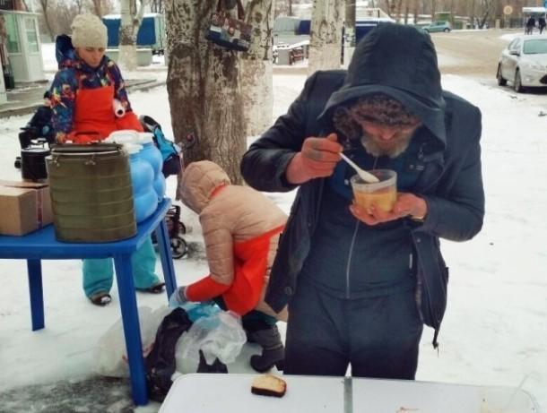 Раз в неделю волонтеры Волгодонска кормят всех нуждающихся бесплатной едой