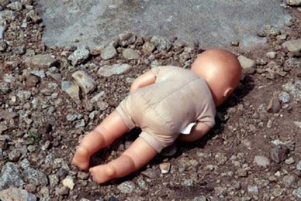 Искусанного собаками мертвого младенца нашли в кустах привокзальной площади