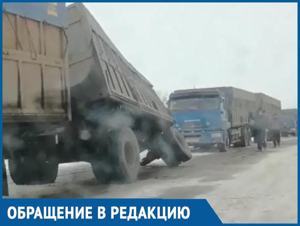 «Даже грузовики разваливаются»: Волгодонец снял на видео жуткую трассу на границе Ростовской и Волгоградской областей