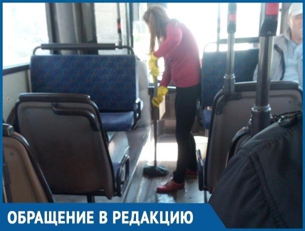 Кондуктор автобуса №22 в Волгодонске не выдала билет пассажирам и мыла пол в салоне во время движения