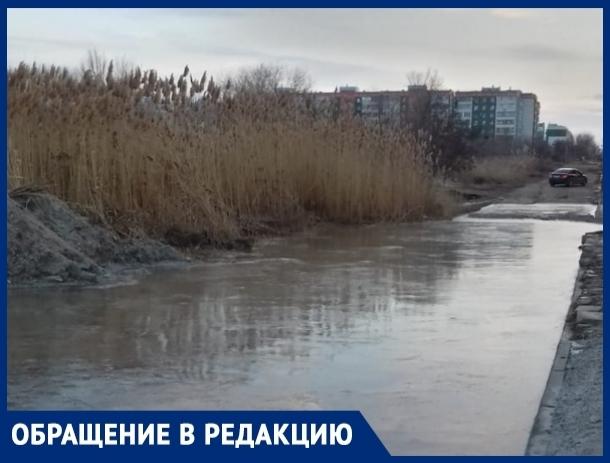 Лужа глубиной в полметра не дает свободно перемещаться жителям Октябрьского шоссе