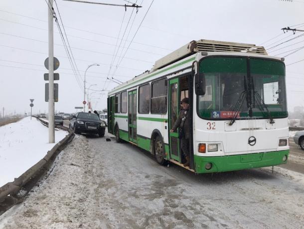 Элитная «Ауди» не поделила дорогу с троллейбусом на Путепроводе в Волгодонске