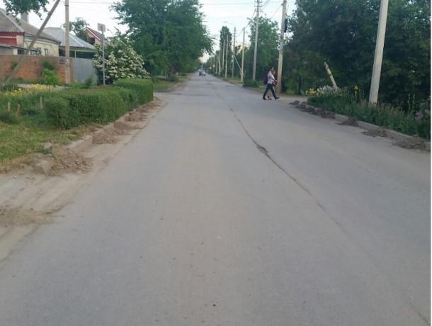 Пенсионеры Волгодонска не дождались очистки обочин от мусора и сами выполнили работу коммунальных служб