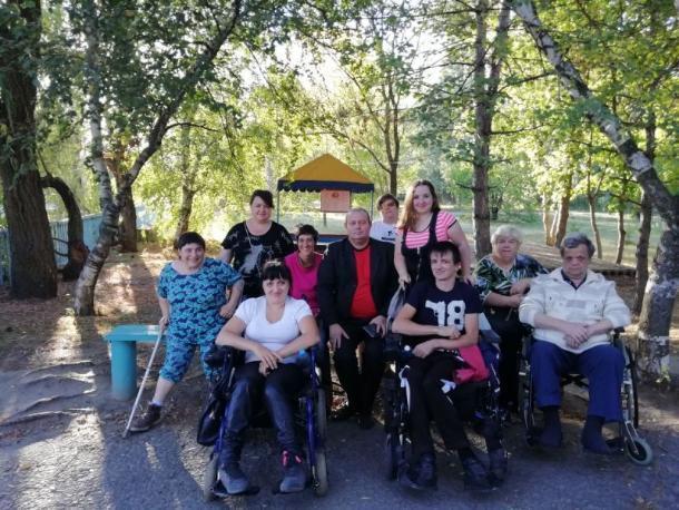 Инвалиды-колясочники закрыли сезон совместных выездов на природу
