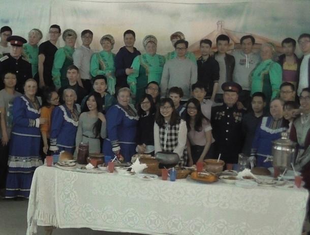 Студенты из Вьетнама посетили курень и отведали блюда казачьей кухни в Волгодонске