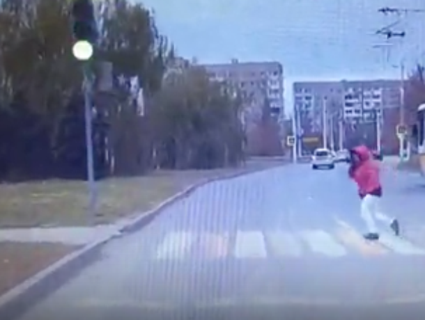 «И в офигительных штанах»: Невнимательная дама, переходившая дорогу на «красный», попала на видео