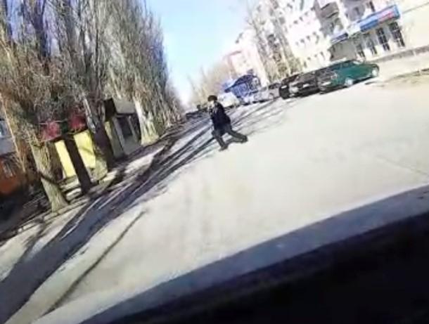 Пожилая волгодончанка с телефоном переходила дорогу в неположенном месте