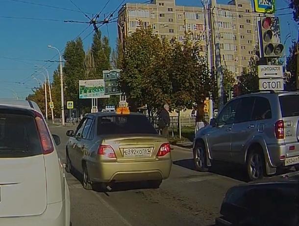 Таксист из Волгодонска, проехавший три светофора на «красный», получил штраф за нарушение