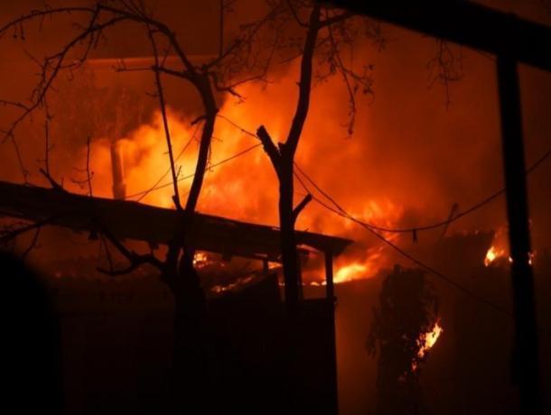 Более десятка сотрудников МЧС старались ликвидировать ночной пожар в Волгодонске