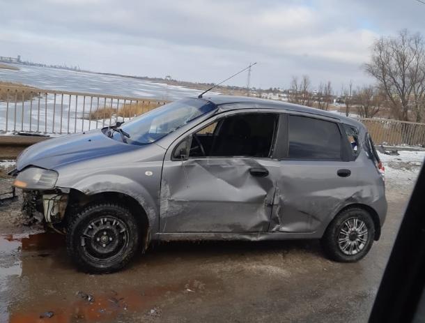 Женщина за рулем не справилась с управлением и влетела в отбойник на мосту