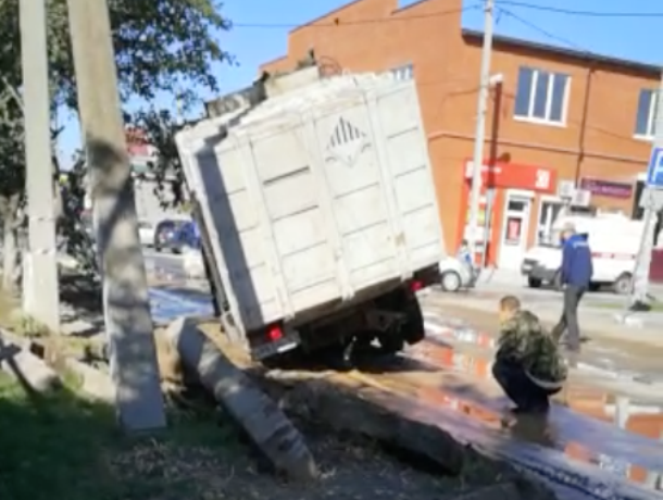 Под мусоровозом провалился асфальт в Цимлянске