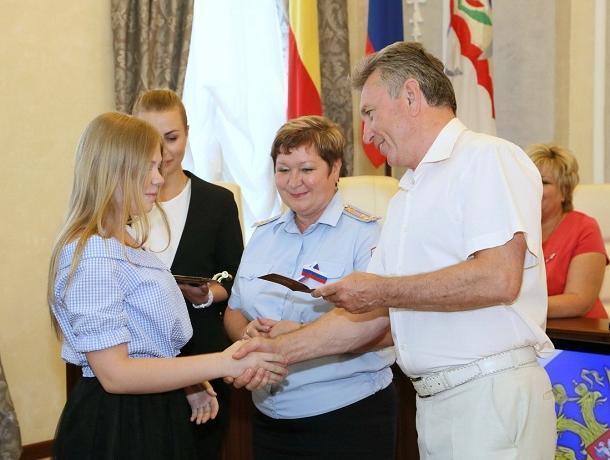 12 школьников получили паспорта граждан РФ лично из рук главы города Волгодонска