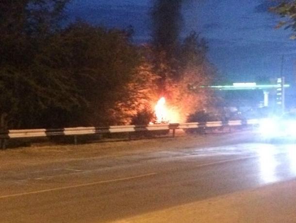 В нескольких метрах от заправочного комплекса на улице Степной вспыхнул огонь