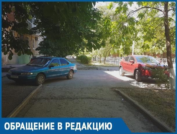 Они заезжают через пешеходный переход и паркуются на тротуаре, - разъяренная нарушением парковки волгодончанка