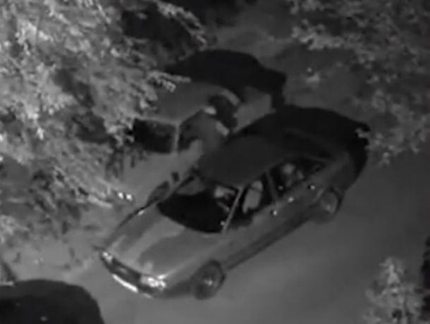 В Волгодонске двое неизвестных украли аккумулятор из автомобиля ВАЗ-2106