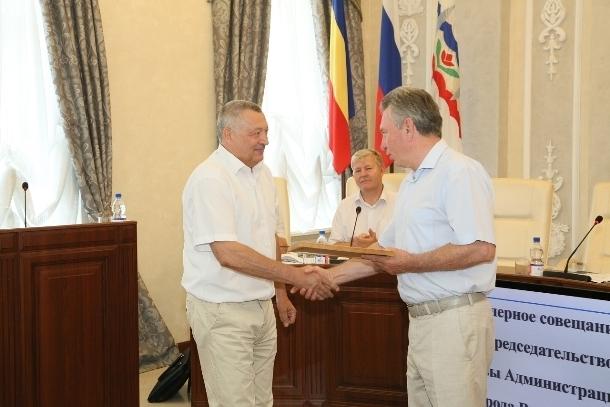Виктор Мельников вручил благодарственные письма директору «Водоканала» и руководителю «Зеленого города»