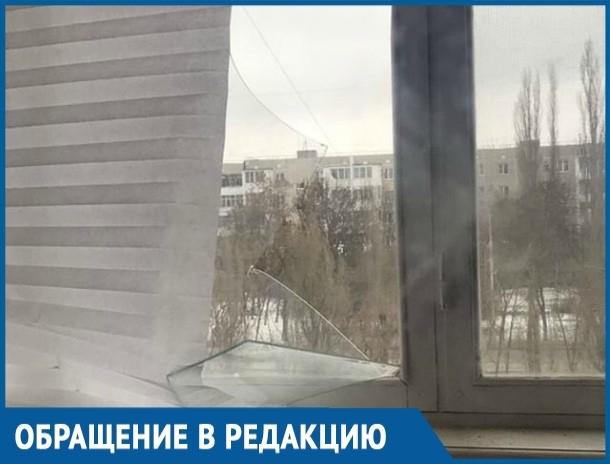 Пласты облетающей обшивки выбили окна в доме на проспекте Строителей в Волгодонске