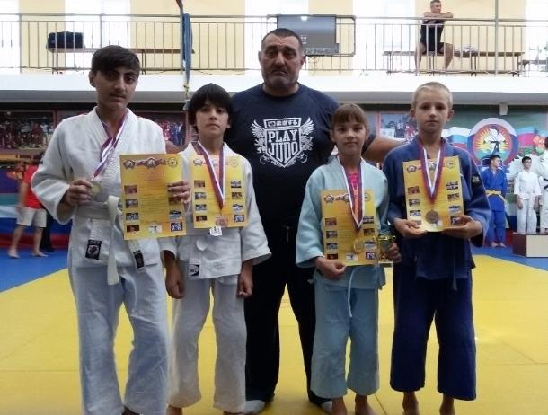 Юные волгодонские дзюдоисты вернулись с соревнований с медалями