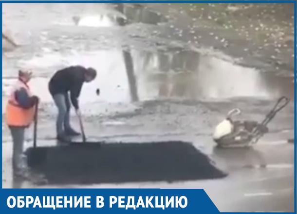 Улицу Дружбы ремонтируют, укладывая асфальт в лужу, «пришлепывая» лопатой
