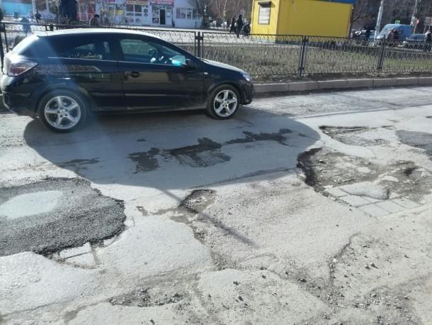На дороге возле торгового дома «Радуга» частично залатали ямы