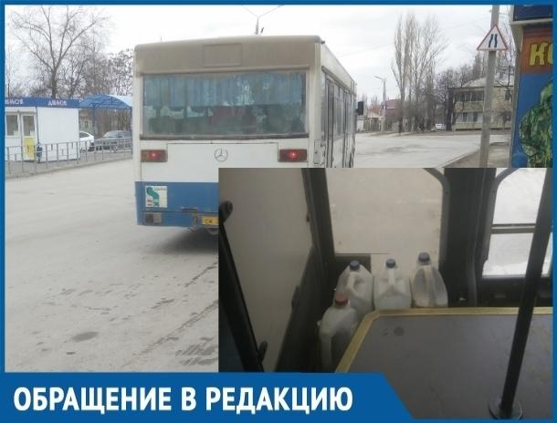 Вот такая безопасность в общественном транспорте, - волгодонцы о подпертой бутылками двери в автобусе