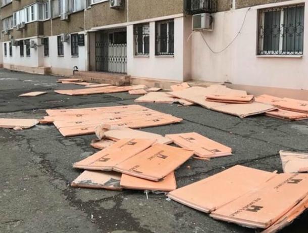 Сильным ветром снесло обшивку дома по проспекту Строителей в Волгодонске