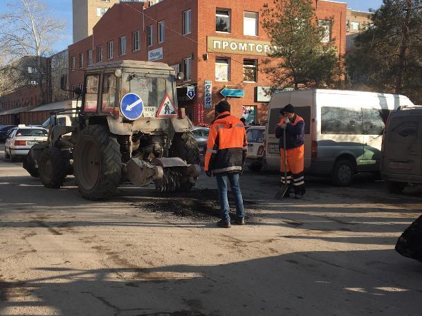 На автодорогах Волгодонска экстренно устраняют сверхнормативные ямы
