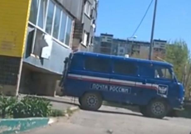 Швыряющих посылки работников «Почты России» снял на видео шокированный волгодонец