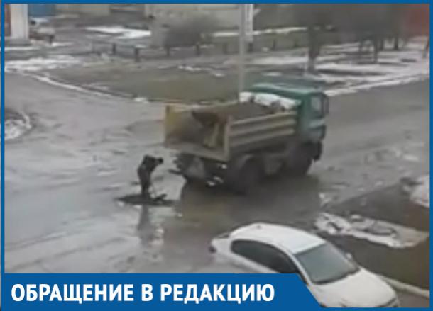 С лопаты в лужу: Как заделывают ямы в Волгодонске