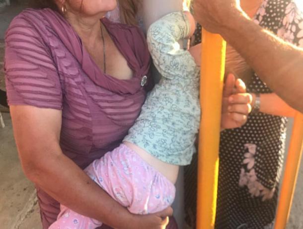 2-летний ребенок застрял между трубами во дворе дома в Волгодонском районе