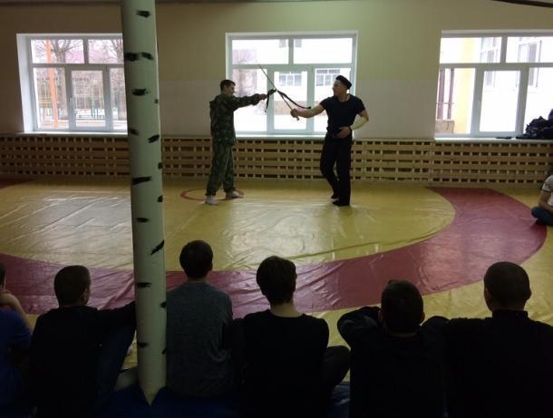 Волгодонские казаки научили ребят самообороне и показали основы фланкировки