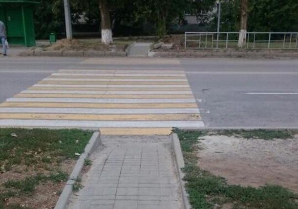 Перед «зеброй» по улице Карла Маркса, ведущей на газон, сделали пешеходную дорожку