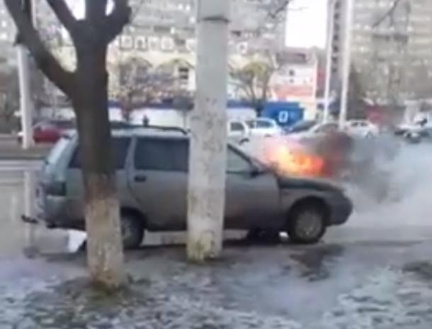 «Да-да, она горит нормально»: волгодонцы сняли на видео горящий автомобиль возле остановки