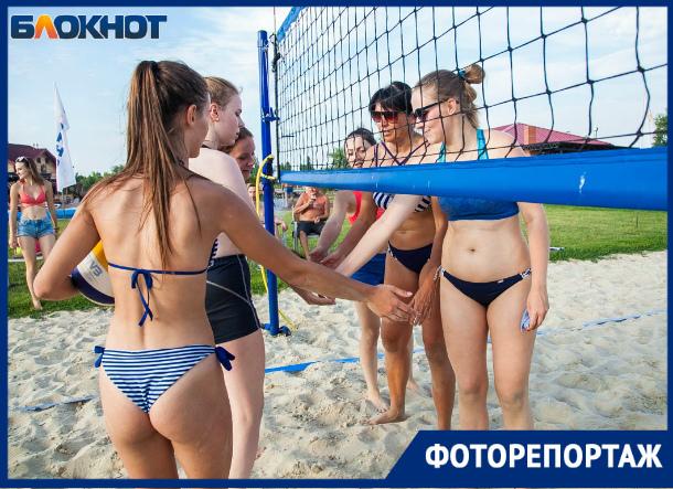 Взрослая женская команда обыграла молодежь на турнире по пляжному волейболу
