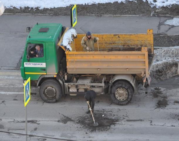 Шлаковая крошка и лопата: Как в Волгодонске ремонтируют улицу имени первого человека, побывавшего в космосе