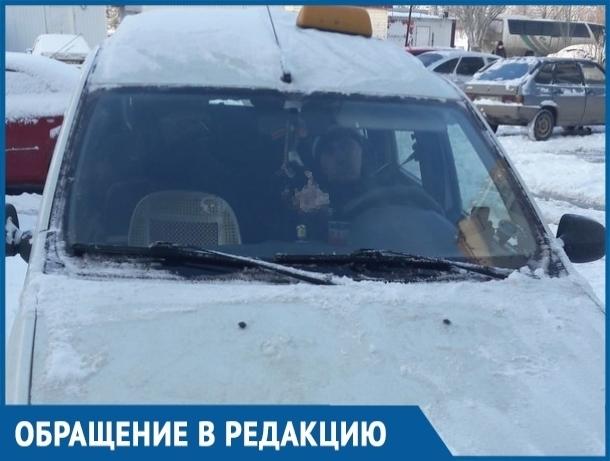 Таксист на просьбу молодой мамы освободить проход к пешеходной дорожке показал волгодончанке средний палец